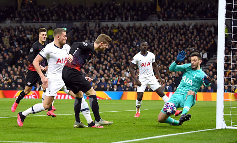 Tottenham (áo sáng) rất khó lật ngược thế cờ bởi RB Leipzig đang chơi cực tốt trên sân nhà