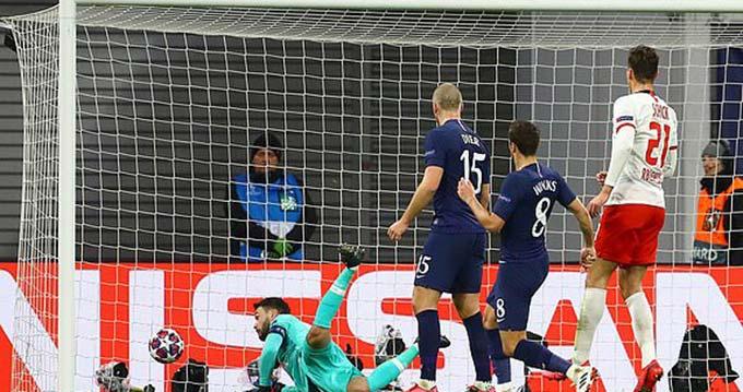 Lloris cũng mất cảnh giác ở bàn thua thứ 2
