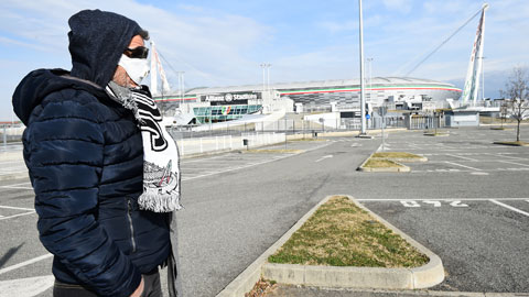Bắt tay - một nghi lễ bóng đá đang biến mất vì Covid-19