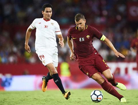 Sevilla - Roma (phải) là 1 trong 2 trận ở vòng 1/8 Europa League sớm phải hoãn