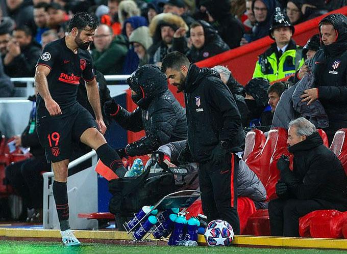 Hình ảnh xấu xí của Costa ở trận đấu trên sân Anfield