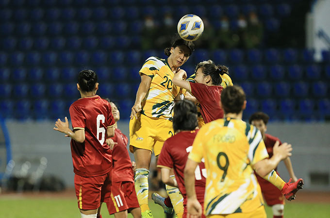 Sau thất bại 0-5 trên sân khách ở lượt đi, ĐT nữ Việt Nam tiếp tục được nhận định sẽ có trận đấu khó khăn dù tiếp Australia trên sân nhà ở lượt về. Ngay từ những phút đầu tiên, đội khách đã thể hiện ưu thế về thể hình, thể lực khi liên tục dồn ép Việt Nam