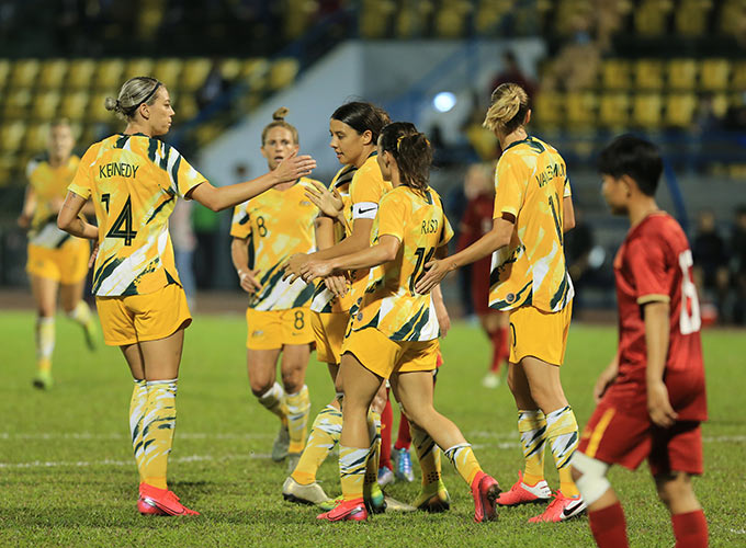 Niềm vui của các cô gái áo vàng khi sớm vượt lên dẫn trước 2-0 ngay trên sân Cẩm Phả trong trận lượt về
