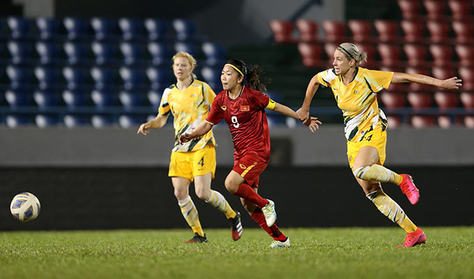 Khoảnh khắc lịch sử của bóng đá Việt Nam đến ở phút 55. Tận dụng sai lầm của hàng thủ Australia, Huỳnh Như cướp được bóng từ vạch giữa sân