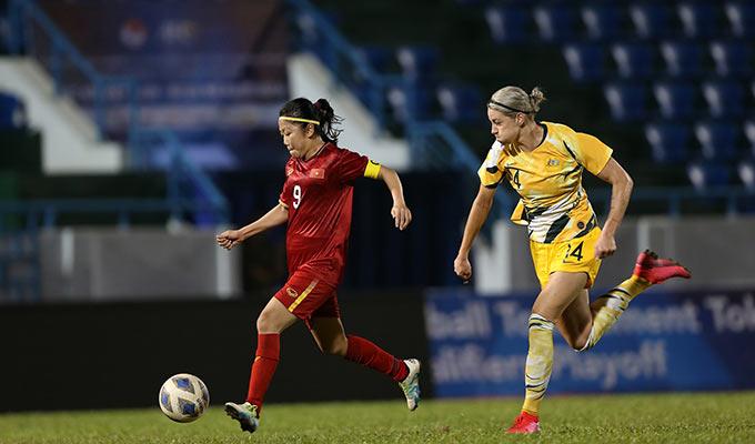 Đội trưởng của ĐT nữ Việt Nam bứt tốc vượt qua 2 hậu vệ đội khách trước khi tung ra cú lốp bóng điệu nghệ từ khoảng cách 30m để hạ gục thủ môn đội khách, ghi bàn thắng rút ngắn tỷ số xuống còn 1-2 cho ĐT nữ Việt Nam