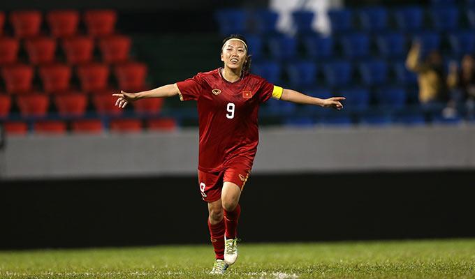Huỳnh Như ăn mừng bàn thắng lịch sử vào lưới Australia. Đây là lần đầu tiên sau 12 năm, bóng đá nữ Việt Nam mới có thể chọc thủng lưới Australia trong một trận đấu. Trước khi trận lượt về diễn ra, HLV Mai Đức Chung cũng từng đặt mục tiêu này cho toàn đội