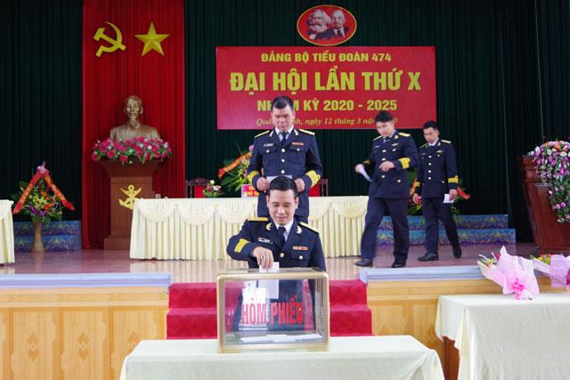 Các đảng viên bỏ phiếu bầu BCH Đảng bộ Tiểu đoàn 474 và bầu đại biểu đi dự Đại hội Đảng bộ cấp trên