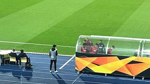 Cầu thủ M.U chạy ra xem lại siêu phẩm của Ighalo
