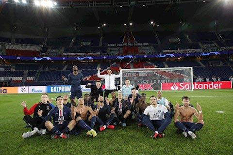 Neymar và các cầu thủ PSG ăn mừng chiến thắng kiểu troll Haaland