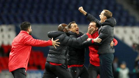 HLV Tuchel (bìa phải) ăn mừng chiến thắng cùng ban huấn luyện PSG