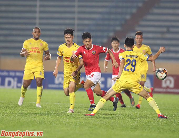 Trận đấu giữa DNH Nam Định và Hồng Lĩnh Hà Tĩnh diễn ra sôi nổi sau đó