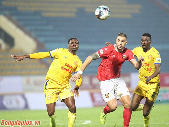 Mỗi đội có thêm một bàn thắng và DNH Nam Định thắng chung cuộc 2-1 trước tân binh Hồng Lĩnh Hà Tĩnh