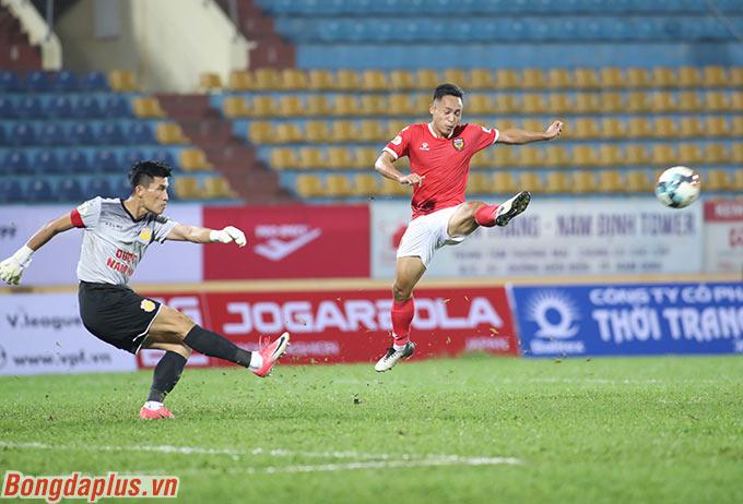 Thủ môn Đinh Xuân Việt cũng đã chơi tốt khi giúp DNH Nam Định thoát thua trong nhiều tình huống