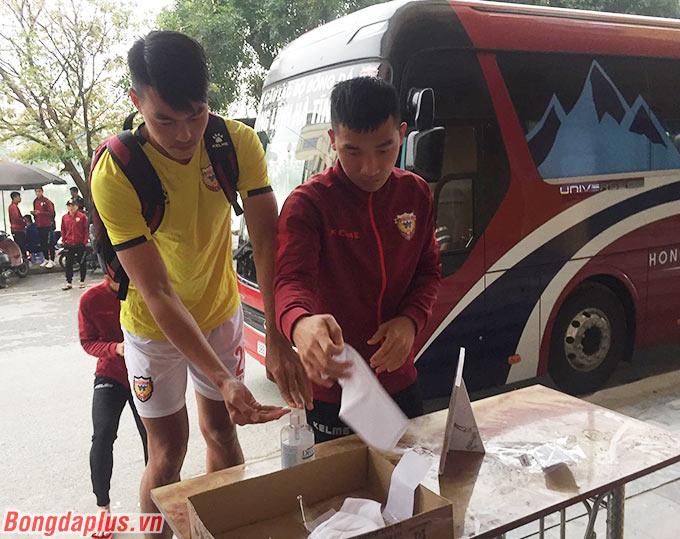 Trước đó, các cầu thủ Hồng Lĩnh Hà Tĩnh lẫn chủ nhà DNH Nam Định phải trải qua khâu kiểm tra y tế gắt gao nhằm tránh dịch Covid-19