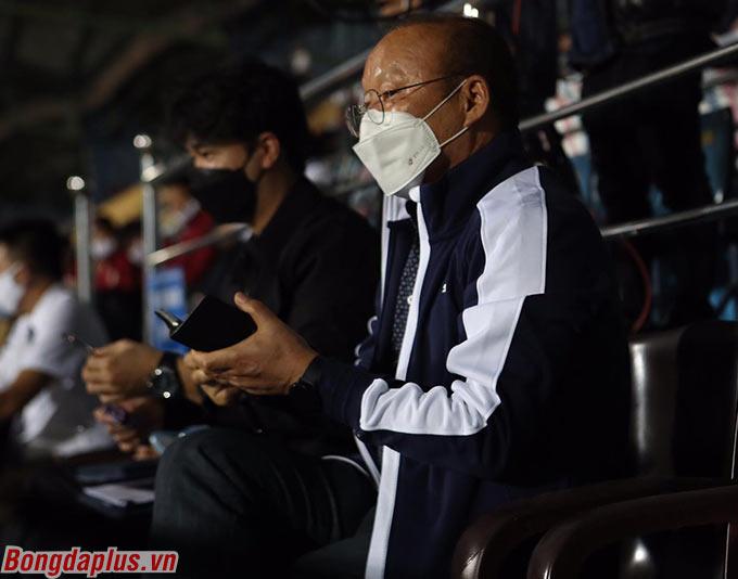 HLV Park Hang Seo theo dõi kỹ lưỡng và ghi chép các cầu thủ nổi bật của 2 đội