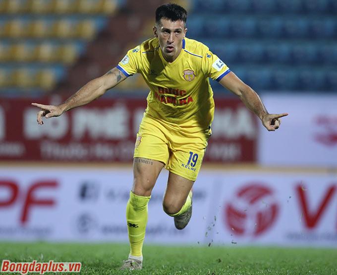 Dưới thời ông Park, chưa một cầu thủ nhập tịch nào lên tuyển Việt Nam. Nhưng với màn trình diễn nổi trội ở Thiên Trường, Đỗ Merlo ghi điểm khá lớn trong mắt nhà cầm quân Hàn Quốc