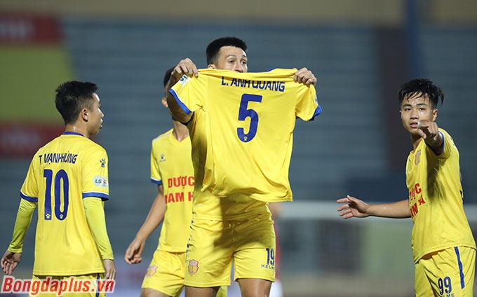 Cầu thủ nhập tịch này dành tặng bàn thắng cho trung vệ Lâm Anh Quang