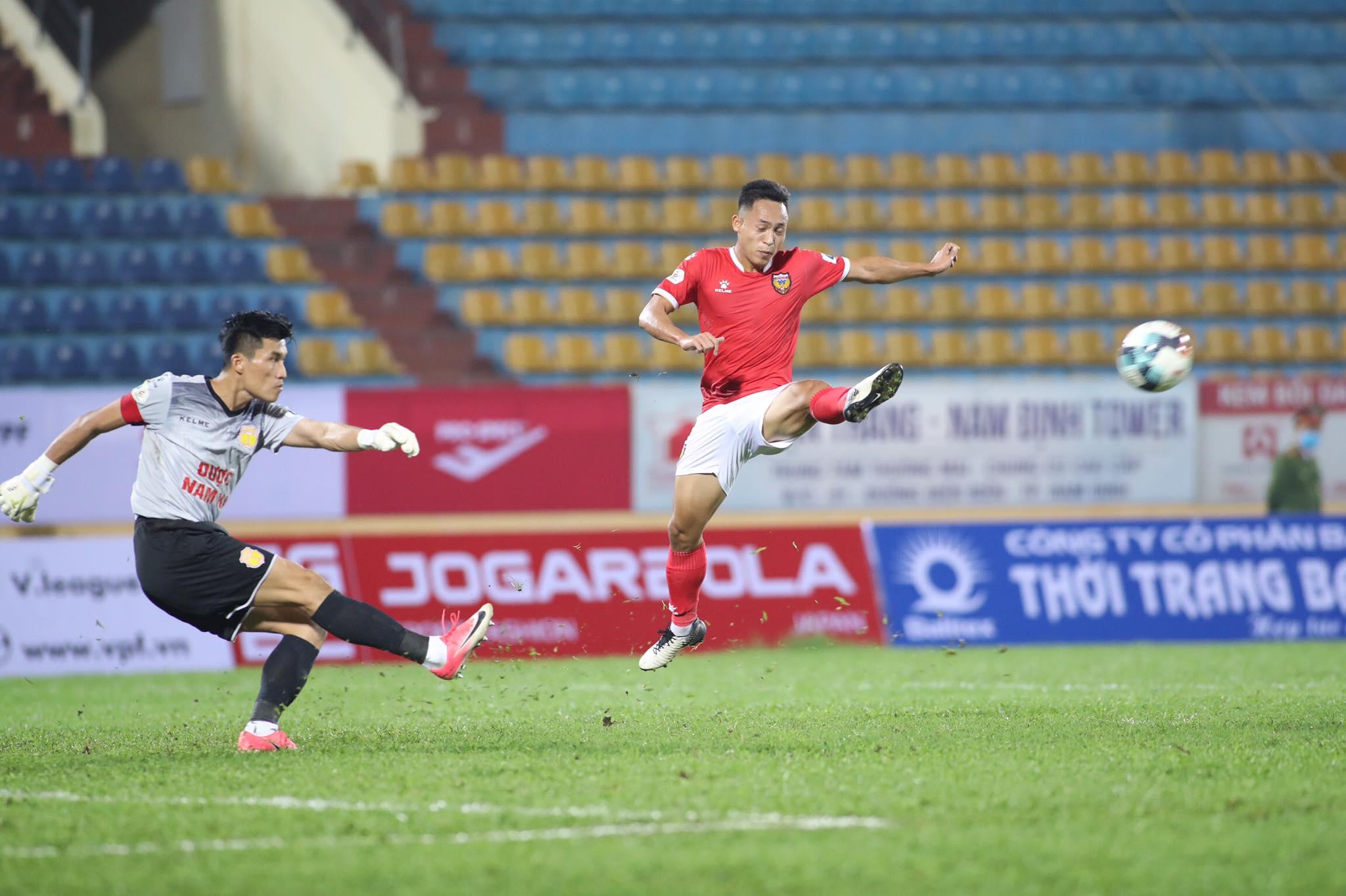 Tiền vệ Văn Đức bỏ lỡ 2 cơ hội ngon ăn mở tỷ số cho đội khách - Ảnh: Phan Tùng