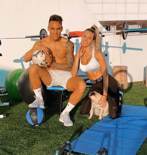 Chân sút Lautaro Martinez (Inter Milan) và bạn gái nóng bỏng Agustina Gandolfo vẫn tập luyện ở nhà để tăng cường sức khỏe cho bản thân