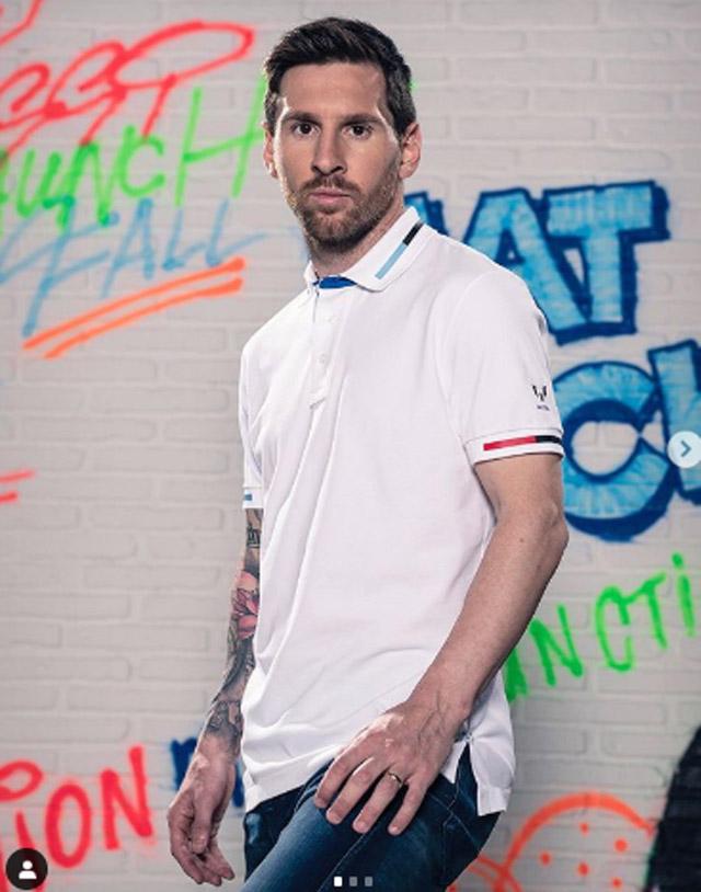 Siêu sao Lionel Messi (Barcelona) tranh thủ đi làm mẫu ảnh cho sản phẩm áo phông đầu tay mang tên anh