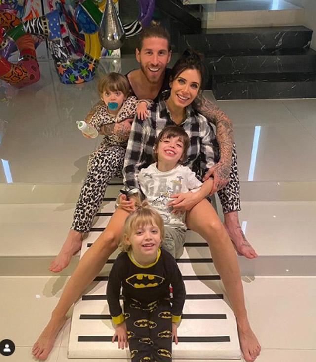 Khoảnh khắc đáng yêu và hạnh phúc của trung vệ Sergio Ramos (Real Madrid) bên cô vợ hơn tuổi Pilar Rubio cùng các con
