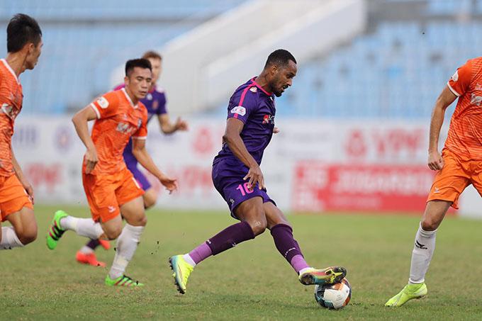 SHB.ĐN (áo cam) bất lực trước Sài Gòn FC - Ảnh: Sông Hàn