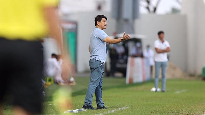 Ông Vũ Tiến Thành đang chỉ đạo Sài Gòn FC thi đấu - Ảnh: Sông Hàn