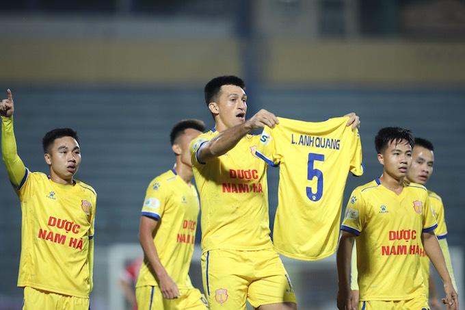 Đỗ Merlo tri ân Anh Quang sau khi ghi bàn thắng. Ảnh: Phan Tùng