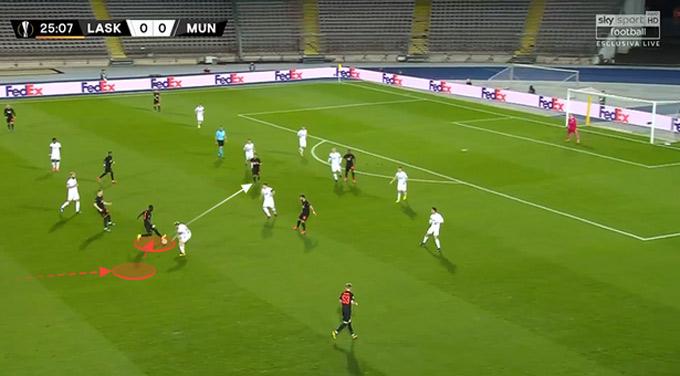 Anh đưa bóng về phía trước, đi qua một cầu thủ đối phương trước khi chuyền cho đồng đội ở rìa vòng cấm