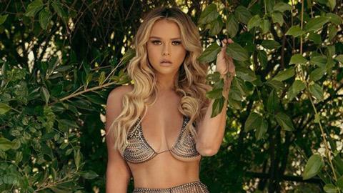 Cô nàng phá rối chung kết Champions League vào rừng mặc bikini tránh Covid-19