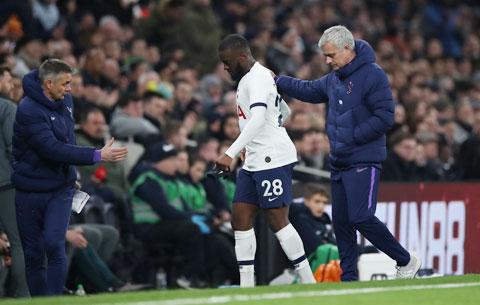 HLV Mourinho của Tottenham cho rằng, Ndombele (áo sáng) không được thi đấu nhiều đâu phải vì lý do chuyên môn
