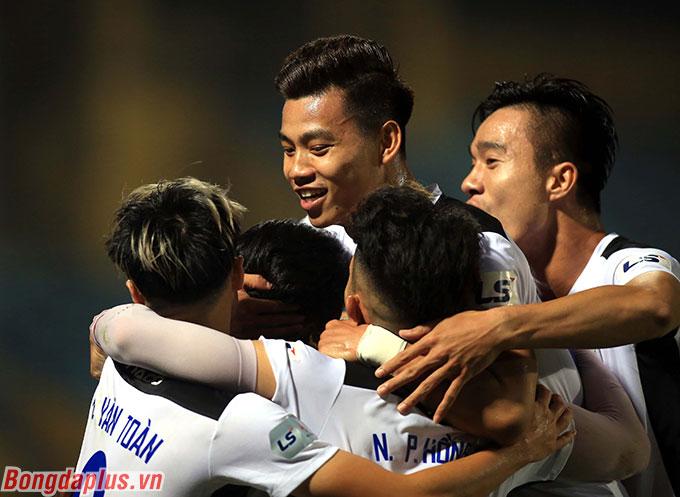 Trước đó vào tháng 2/2016, HAGL đứng đầu bảng V.League ở vòng 1 sau khi thắng 5-0 trước Hà Nội (tiền thân của Sài Gòn FC hiện tại)