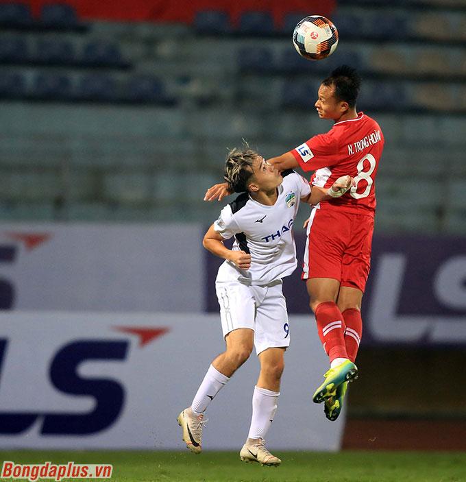 Ở hiệp 2, HLV Trương Việt Hoàng của Viettel phải kéo Trọng Hoàng về cánh phải để phong tỏa Văn Toàn