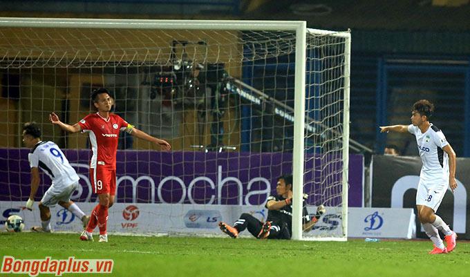 Nhưng cầu thủ vào sân thay người Văn Anh (bìa phải) đã ấn định trận hòa chung cuộc 3-3 cho HAGL