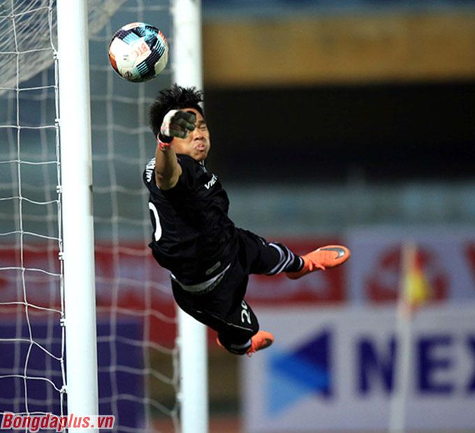 Thủ môn Nguyên Mạnh của Viettel suýt chút nữa phải nhận thêm bàn thua sau quả đá phạt khó chịu đến từ Văn Thanh