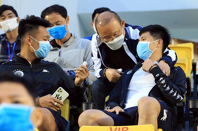 Do đang trong quá trình điều trị chấn thương nên Đình Trọng và Thành Chung đã không thể góp mặt trong đội hình của Hà Nội FC khi làm khách trên sân của Than.QN chiều ngày 15/3. Bộ đôi trung vệ của ĐT Việt Nam chủ động lên khán đài chọn vị trí mà HLV Park Hang Seo và trợ lý Kim Han Yoon đang ngồi dự khán để cùng theo dõi trận đấu
