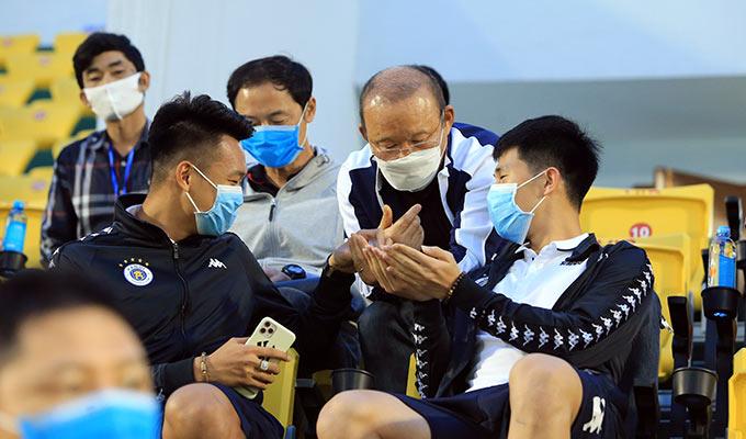 Khi thấy 2 cậu học trò, HLV Park Hang Seo dù rất vui vẻ nhưng ra ký hiệu không bắt tay. Thay vào đó ông chỉ huých vai, đấm tay nhau để chào hỏi. Ông chủ động xin nước rửa tay của Đình Trọng để sát khuẩn