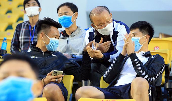 Thầy Park quan tâm đến tình hình chấn thương của 2 cậu học trò. Ông liên tục chỉ vào vị trí đau của Thành Chung và Đình Trọng và yêu cầu bộ đôi này giữ gìn để sớm hồi phục