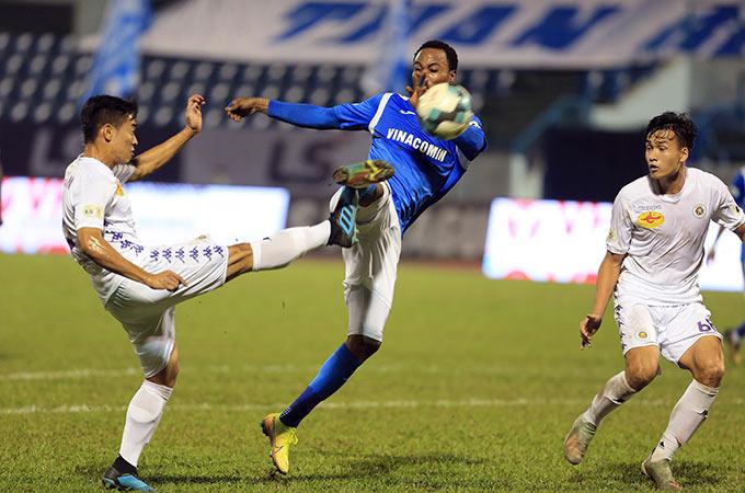 Thiếu vắng đi những trụ cột quan trọng do dính chấn thương khác nhau nên hàng thủ chắp vá của Hà Nội FC thi đấu không tốt. Đội bóng Thủ đô sớm phải nhận 2 bàn thua ngay từ hiệp 1