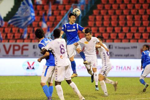 Việc thiếu những trụ cột ở hàng thủ khiến Hà Nội FC (áo sáng) thất bại 1-3 trước Than.QN Ảnh: ĐỨC CƯỜNG