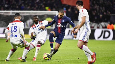 Nếu hủy kết quả các trận đấu mùa này, PSG và Lyon (áo sáng) đều được dự Champions League mùa tới
