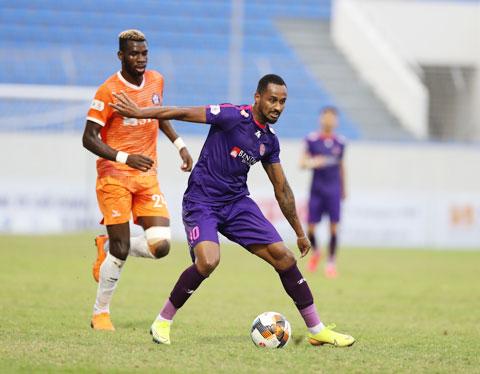 Sài Gòn FC (áo sẫm) gây bất ngờ khi thắng đậm trước SHB.ĐN Ảnh: SÔNG HÀN