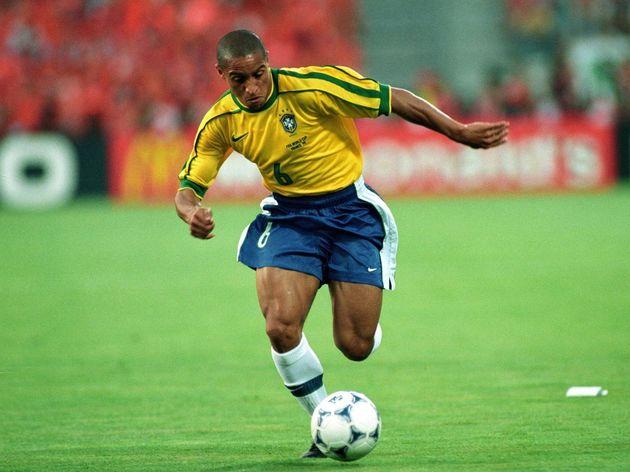 Số 6 Brazil với xu hướng tấn công cánh trái mà Carlos là một điển hình