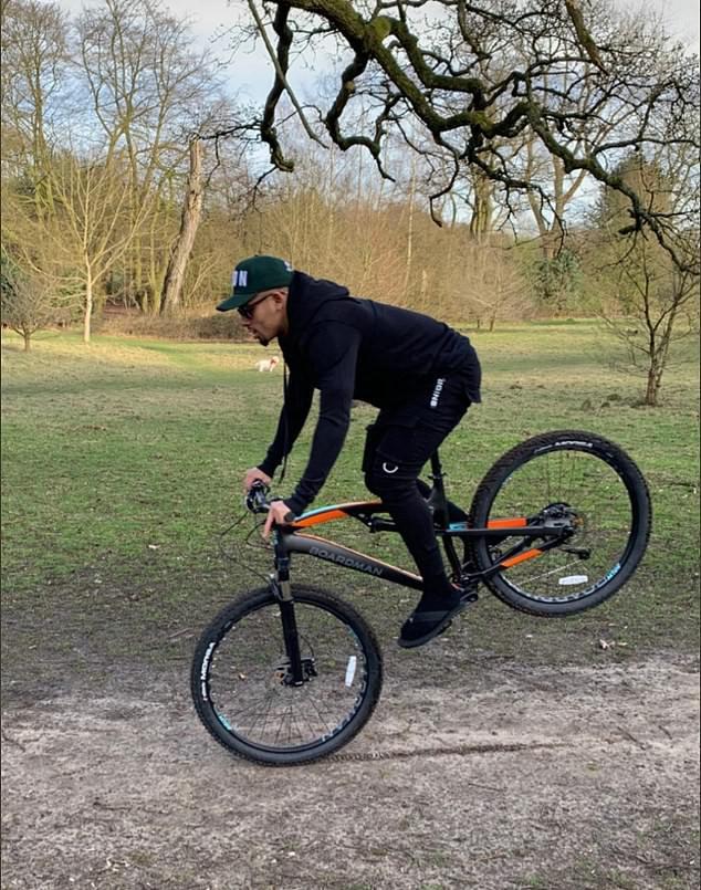 Tiền đạo Gabriel Jesus (Man City) trổ tài biểu diễn với xe đạp địa hình