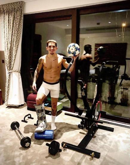 Tiền vệ Lucas Torreira (Arsenal) trong thời gian nghỉ thi đấu vì chấn thương vẫn cố gắng làm mọi cách để có được sức khỏe tốt nhất