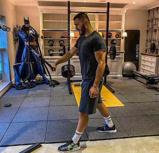 Sead Kolasinac (Arsenal) tập gym ở nhà trước sự chứng kiến của...Người Dơi