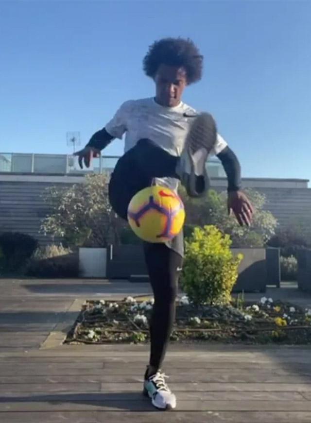 Cầu thủ chạy cánh Willian (Chelsea) thích làm bạn với trái bóng