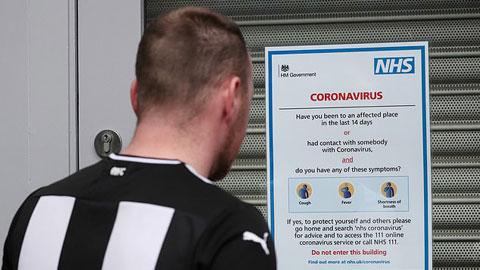 Newcastle dán thông báo về dịch Covid-19 bên ngoài SVĐ