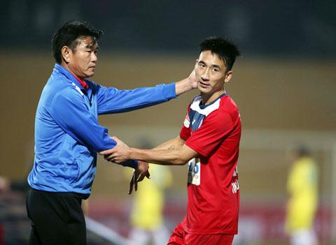 HLV Phan Thanh Hùng động viên học trò trong một trận đấu Ảnh: ĐỨC CƯỜNG