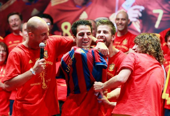 Fabregas khi bị ép mặc óa Barca